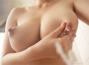 【母乳フェチエロ画像】産後の嫁さんとセクロスしたらこんな噴射プレイする人多いの(?_?)