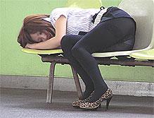 【画像】黒タイル履いてる女のエロオーラがヤバい(2つ並んだ画像の左、同タイトル)