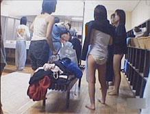 温泉の脱衣所に隠しカメラを仕掛けた結果・・・女子修学旅行生たちの生々しい裸体が・・・・。