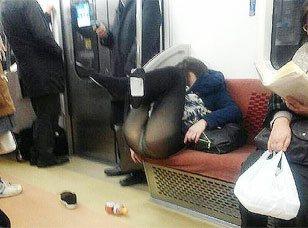 ツイッター民から衝撃の報告!「電車の中で酔っぱらってミラクルな体勢でパンツ丸出しになってる女の子いたからうpwww」