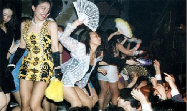 昭和のオッサン歓喜!バブル全盛期素人娘が裸同然で踊ったディスコのエロ画像が生々しすぎるwww