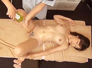 【マッサージエロ動画】マッサージ師の手つきに不安そうな顔する女