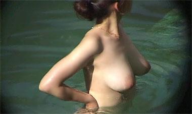 【画像】露天風呂でタレ具合が生々しい巨乳輪女子を盗撮
